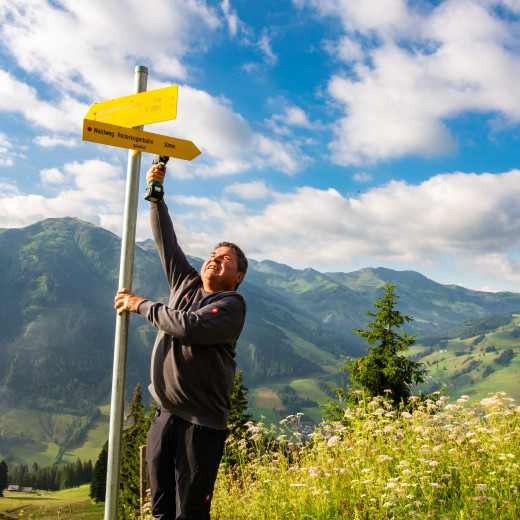 Installing the new hiking signposts.  | © Edith Danzer